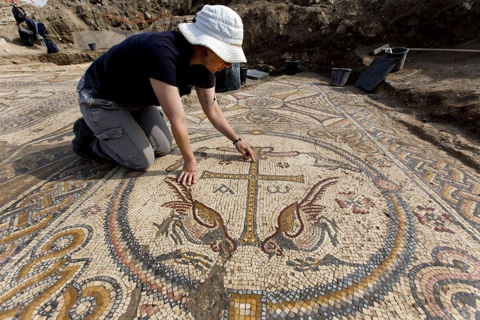 El arqueólogo Davida Eisenberg-Degen señala el suelo de mosaico de una iglesia datada en la era Bizantina, descubierto en los últimos dos meses en Moshav Aluma, Israel. EFE/Jim Hollander