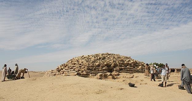 Pirámide escalonada de Edfu, recientemente descubierta en el sur de Egipto.