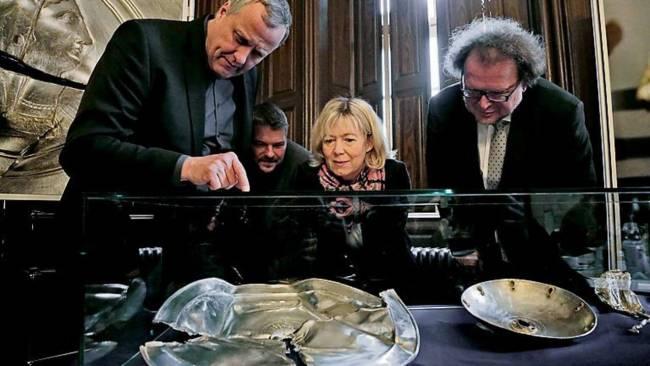La ministra de cultura de Renania-Palatinado, Doris Ahnen, junto al arqueólogo Axel von Berg (izquierda) y el también arqueólogo Ulrich Himmelmann, observando el tesoro encontrado.