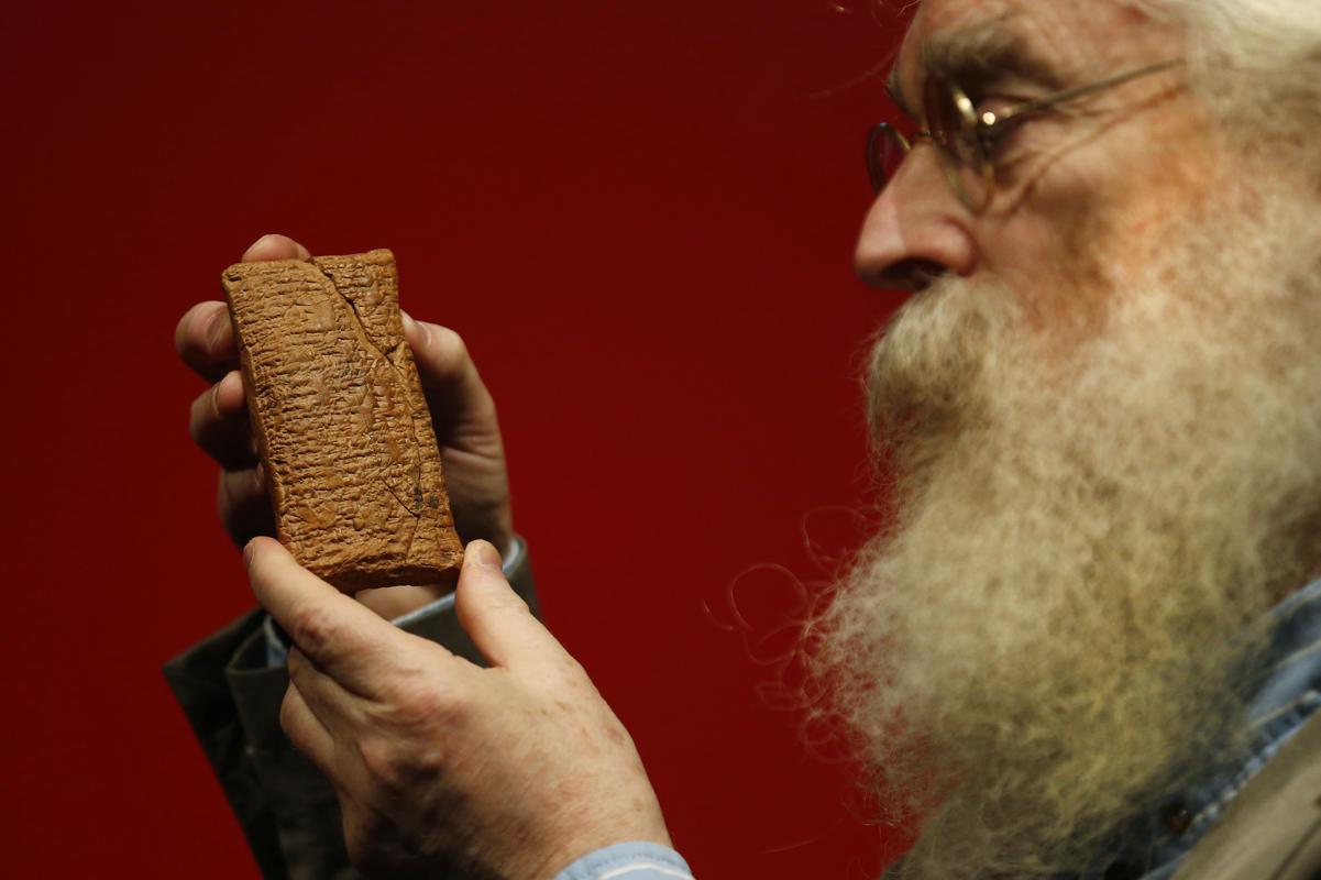 INVESTIGADOR. Irving Finkel, del Museo Británico, muestra la tableta que tiene 4 mil años de antigüedad