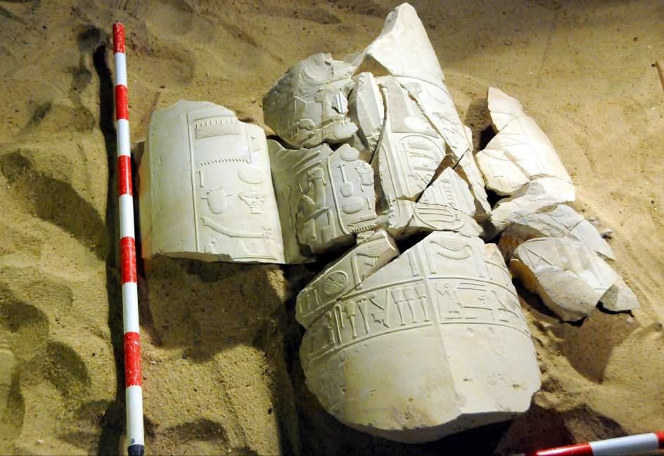 thumbFotografía sin fechar facilitada por el Ministerio de Antigüedades de Egipto que muestra restos de columnas y un mausoleo sobre los que se observan inscripciones jeroglíficas, hallados en la zona de Al Asasif, en la provincia meridional de Luxor (Egipto).