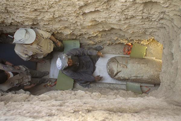 Momento en el que sacan el sarcófago del interior de la tumba. La entrada a la cámara fue descubierta perfectamente cerrada con adobes, no había sido vulnerada.