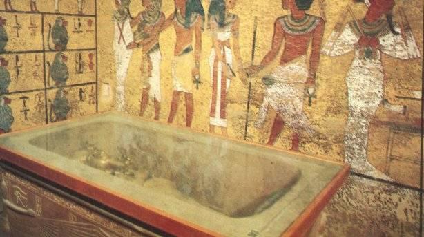 Vista de la tumba y de la momia de Tutankamón.