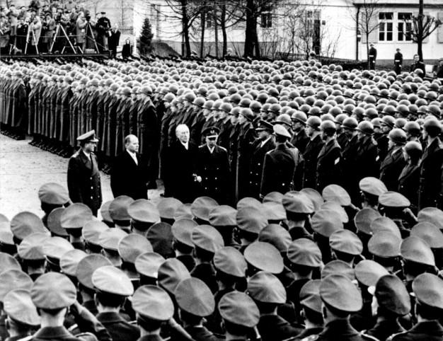 El canciller Konrad Adenauer, el segundo por la derecha, pasa revista a una compañía en 1956. / France Presse