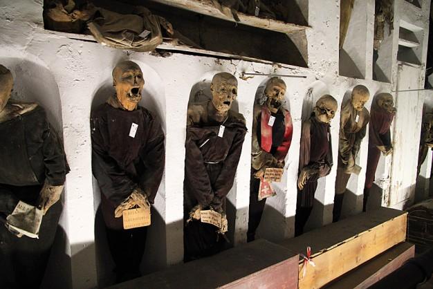 Momias en una de las galerías de las Catacumbas de los Capuchinos de Palermo . EFE