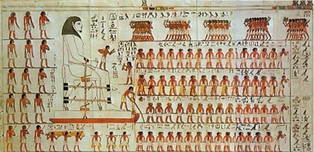 Imagen en la tumba del faraón Djehutihotep, que muestra claramente a una persona parada en la parte delantera del trineo vertiendo agua sobre la superficie justo en frente de él.