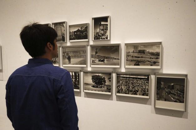 """Un hombre observa parte de la exposición """"Fotos & libros. España 1905-1977"""", inaugurado en el Museo Reina Sofía. EFE Un hombre observa parte de la exposición """"Fotos & libros. España 1905-1977"""", inaugurado en el Museo Reina Sofía. EFE"""