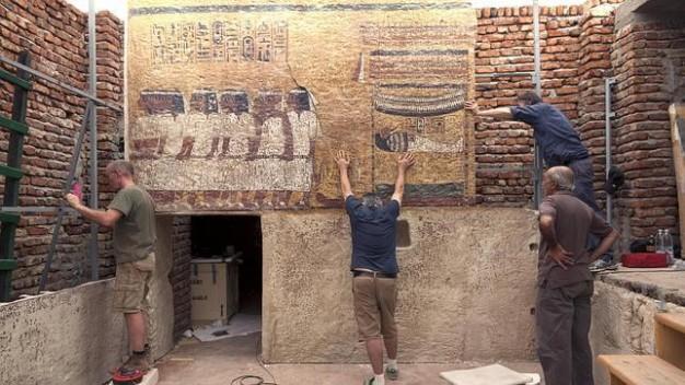 Instalación en Luxor de la réplica de la tumba de Tutankamón. EFE
