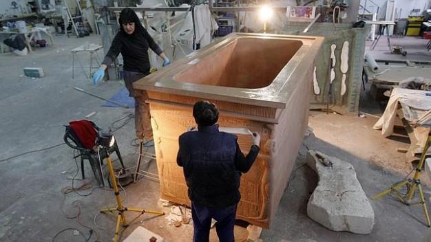 Trabajando en la construcción de la réplica de la tumba en Factum Arte. Ángel de Antonio