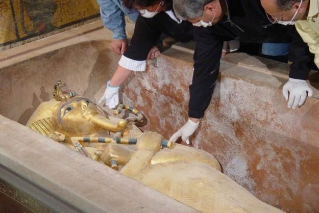 En la imagen, arqueólogos egipcios examinan la momia del rey Tutankamon, del cual se recuperaron figuras en esta ocasión. (Foto: EFE/Archivo )