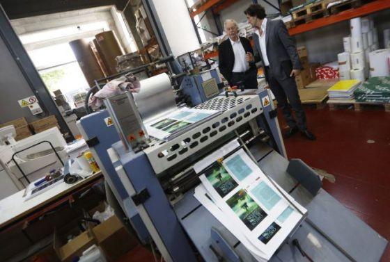 Eduardo Mendoza (izquierda), en una imprenta digital. / Carlos Rosillo