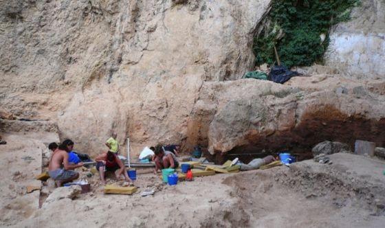 Paleontólogos trabajando en el yacimiento de El Salt, en Alicante. Foto: Bertila Galván