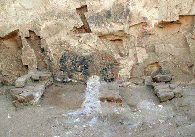 Imagen del horno de cal construido para producir suficiente cal para cubrir y desinfectar los restos humanos de víctimas de la epidemia en la antigua ciudad de Tebas. © Photo by N. Cijan