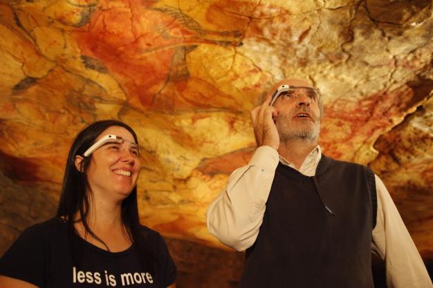La experta en Google Glass Cecilia Abadie, en las Cuevas de Altamira con las gafas inteligentes. E. M.