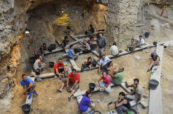 Equipo que excava estos días en el Abric Romaní, en plena acción, bajo la dirección del arqueólogo y director del IPHES Eudald Carbonell (de pie en el centro de la imagen). / Palmira Saladié (IPHES)