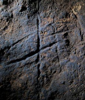 Grabado neandertal descubierto en el fondo de la cueva de Gorham (Gibraltar). / STEWART FINLAYSON