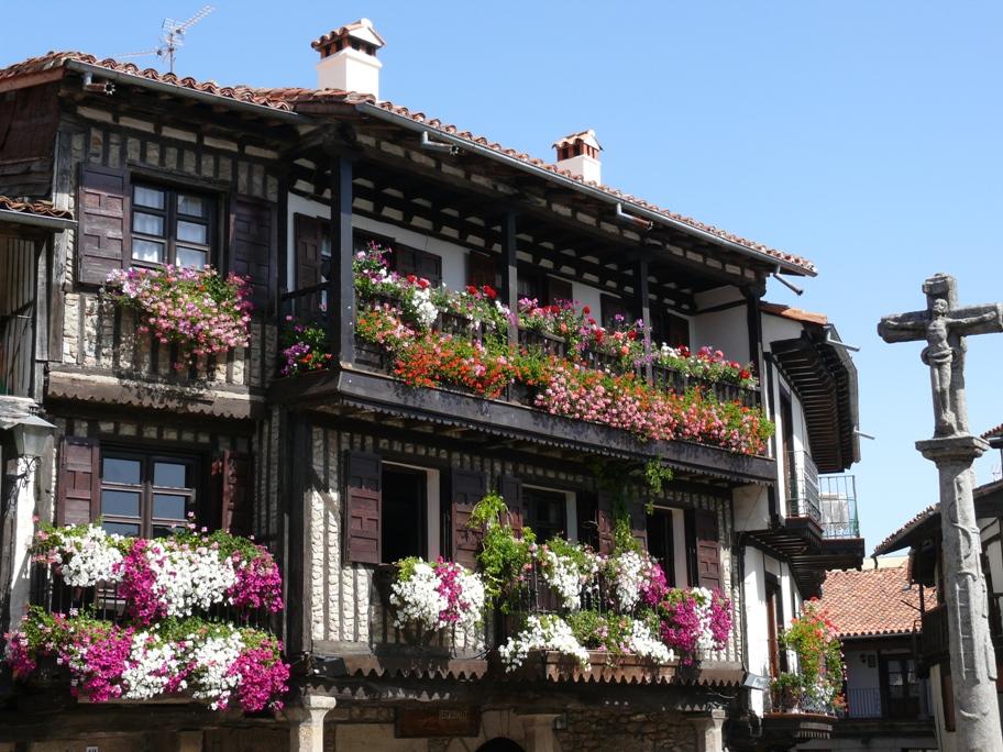 Soportales y balcones encalados son típicos del urbanismo de La Alberca.