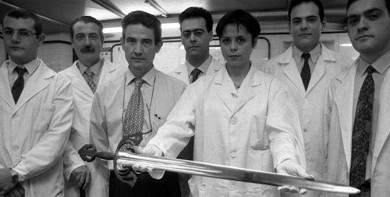 En 1998 un equipo de científicos de la Facultad de Químicas de la Universidad Complutense estudió la Tizona, según la tradición de Rodrigo Díaz de Vivar, el Cid Campeador, y determinó que se trataba de una pieza del siglo XI. / MANUEL ESCALERA