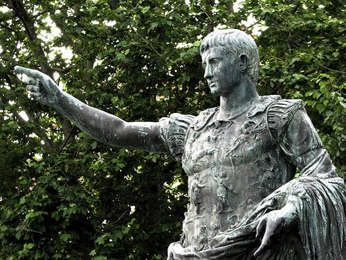 Monumento dedicado al emperador Octavio Augusto en Gijón.