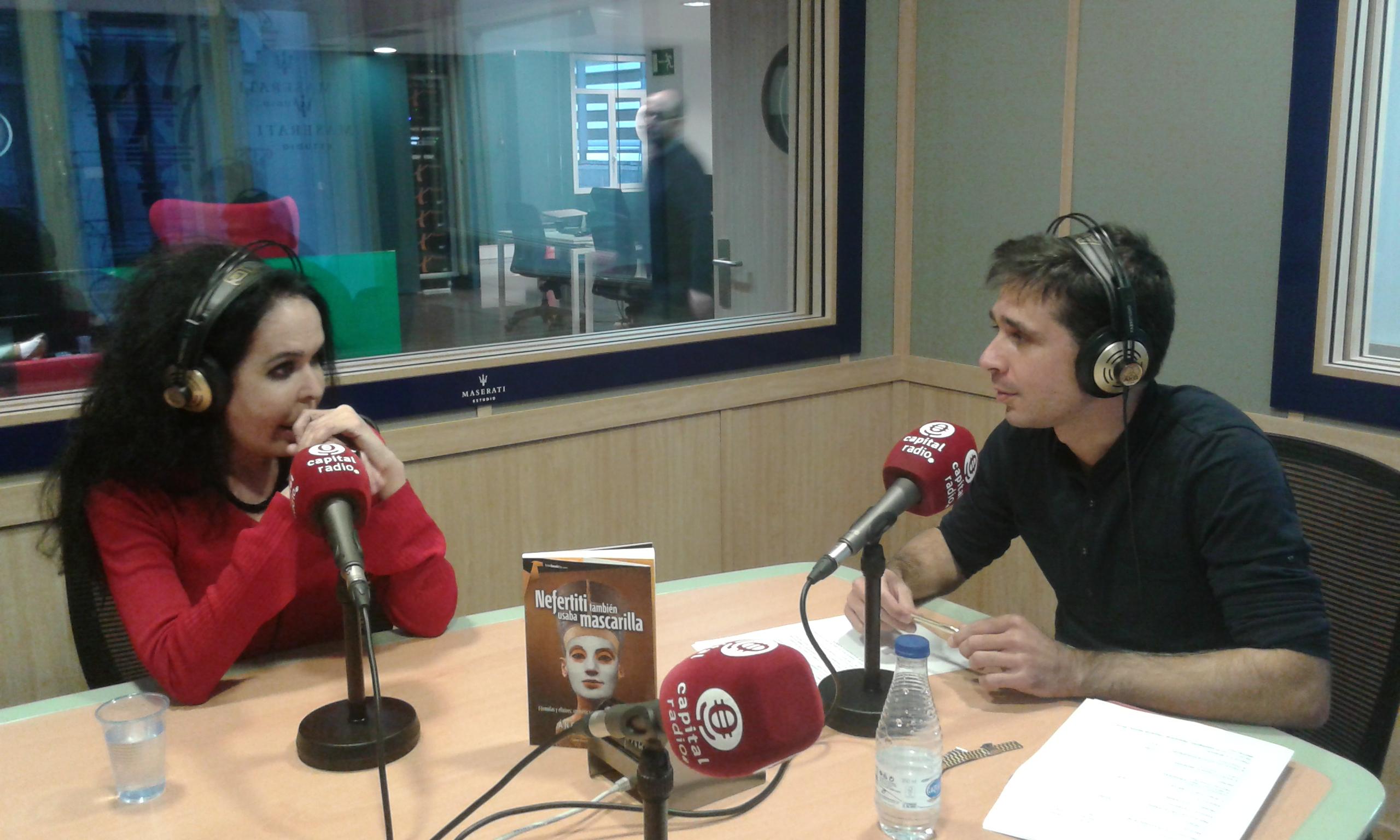 Ángela Bravo y David Benito hablando sobre trucos de belleza en la antigüedad
