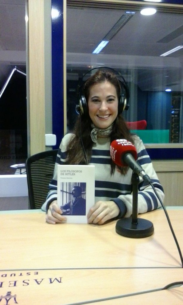 "Irene Aguilar con el libro ""Los filósofos de Hitler"""