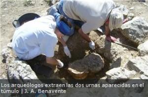 arqueólogos extraen dos urnas aparecidas en el túmulo