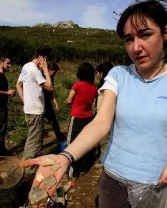 La arqueóloga Tania Lazuen muestras pizas líticas halladas en Valverde