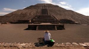 Un vendedor espera la llegada de turistas junto a la pirámide azteca del Sol en Teotihuacan. AP