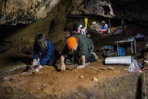 Investigaciones en el interior de la cueva Los Casares - Geoparque
