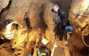 Trabajos en la cueva de El Sidrón - Foto Mel Acebal - El Comercio
