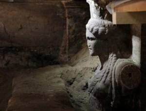 Interior de la tumba de Anfípolis - Cariatide
