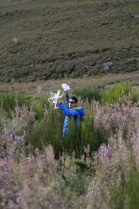 Javier Fernández Lozano, entre la maleza, se dispone a utilizar el dron. Foto: Javier F. Lozano.