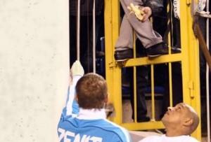 Robert Carlos, ex jugador del Real Madrd, es increpado por un aficionado ofreciéndole un plátano