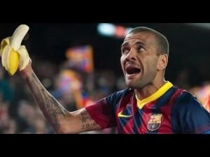 A Dani Alves, jugador del Barcelona, momento en el que le tiran un plátano de forma despectiva