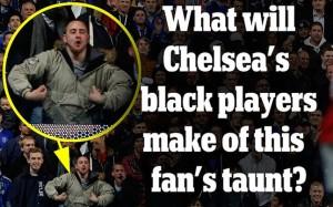 Imagen aparecida en el Daily Mail en donde se aprecia a un aficionado haciendo un feo gesto racista a un jugadr de Fútbol