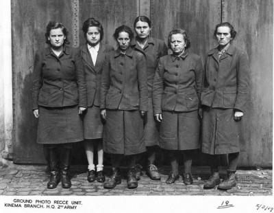 Guardianas nazis arrestadas tras la entrada de los Aliados en un campo de concentración.