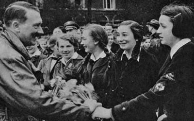 Aldolf Hitler saluda a la Liga de las Muchachas Alemanas.