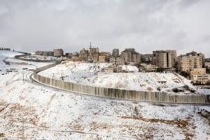 Vista de Shuafat sparada con el muro de Jerusalen